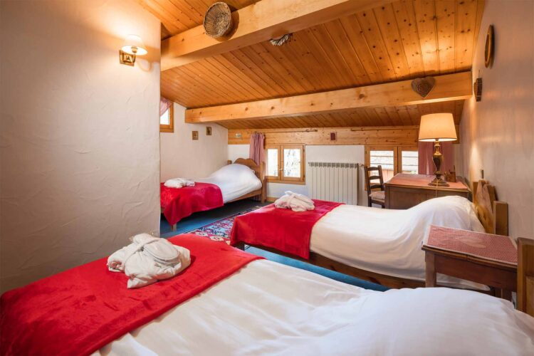 Chalet Charmille red bedroom