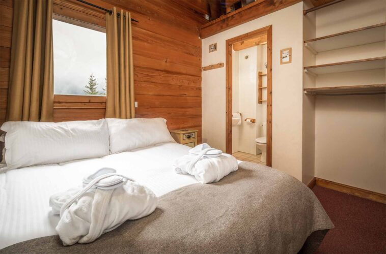 Chalet Lea bedroom with ensuite